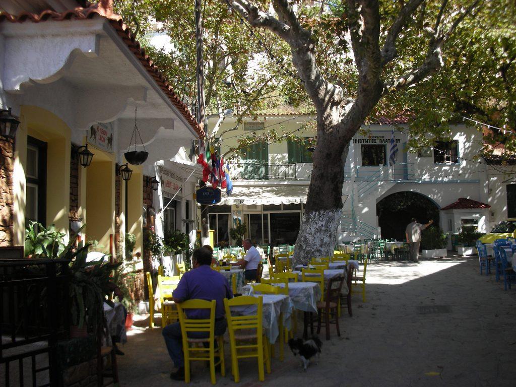 Πλάτανος Σάμου. Η πλατεία