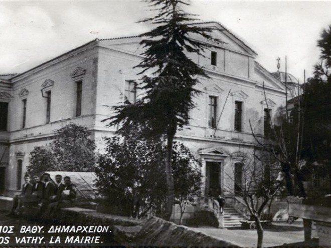 Ένα από τα νεοκλασικά κτίρια στη Σάμο είναι το Δημαρχείο της Σάμου