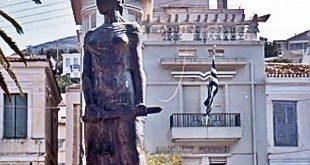 Το άγαλμα στην πλατεία Πυθαγόρα
