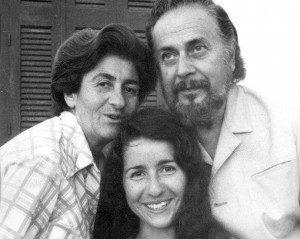 Ο Γιάννης Ρίτσος με τη γυναίκα του και την κόρη του
