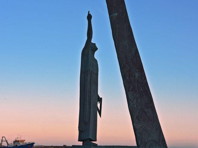 Το άγαλμα του Πυθαγόρα στη Σάμο. Με την εκπομπή πάμε Ελλάδα