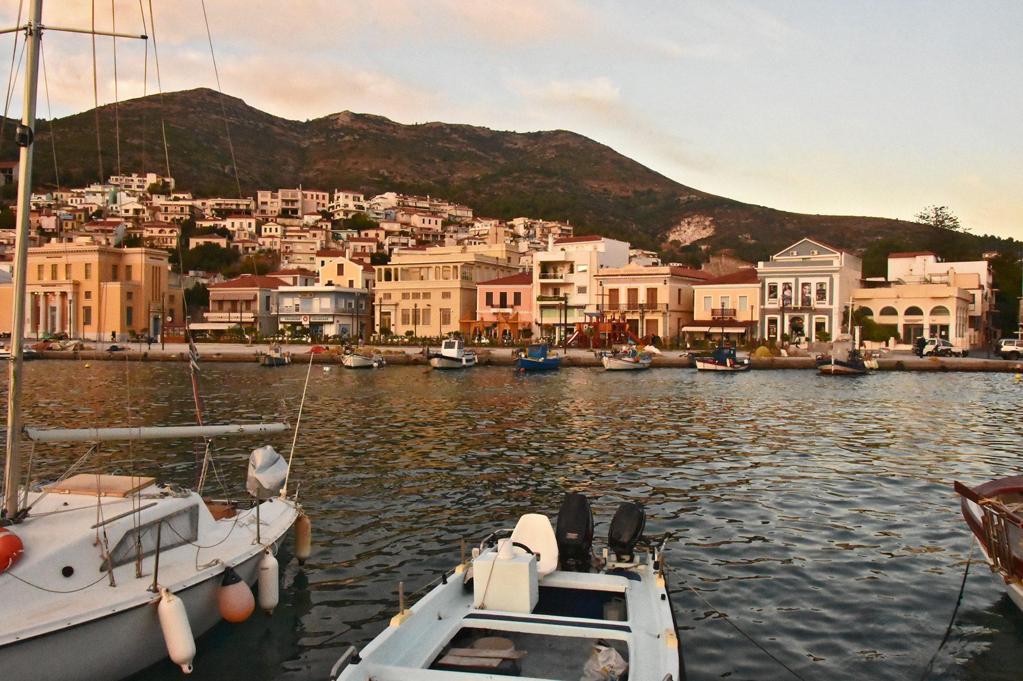 Η πόλη από το αλιευτικό καταφύγιο