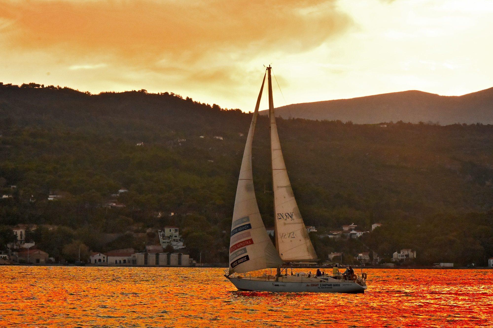 Ηλιοβασίλεμα στον κόλπο του Βαθυού.