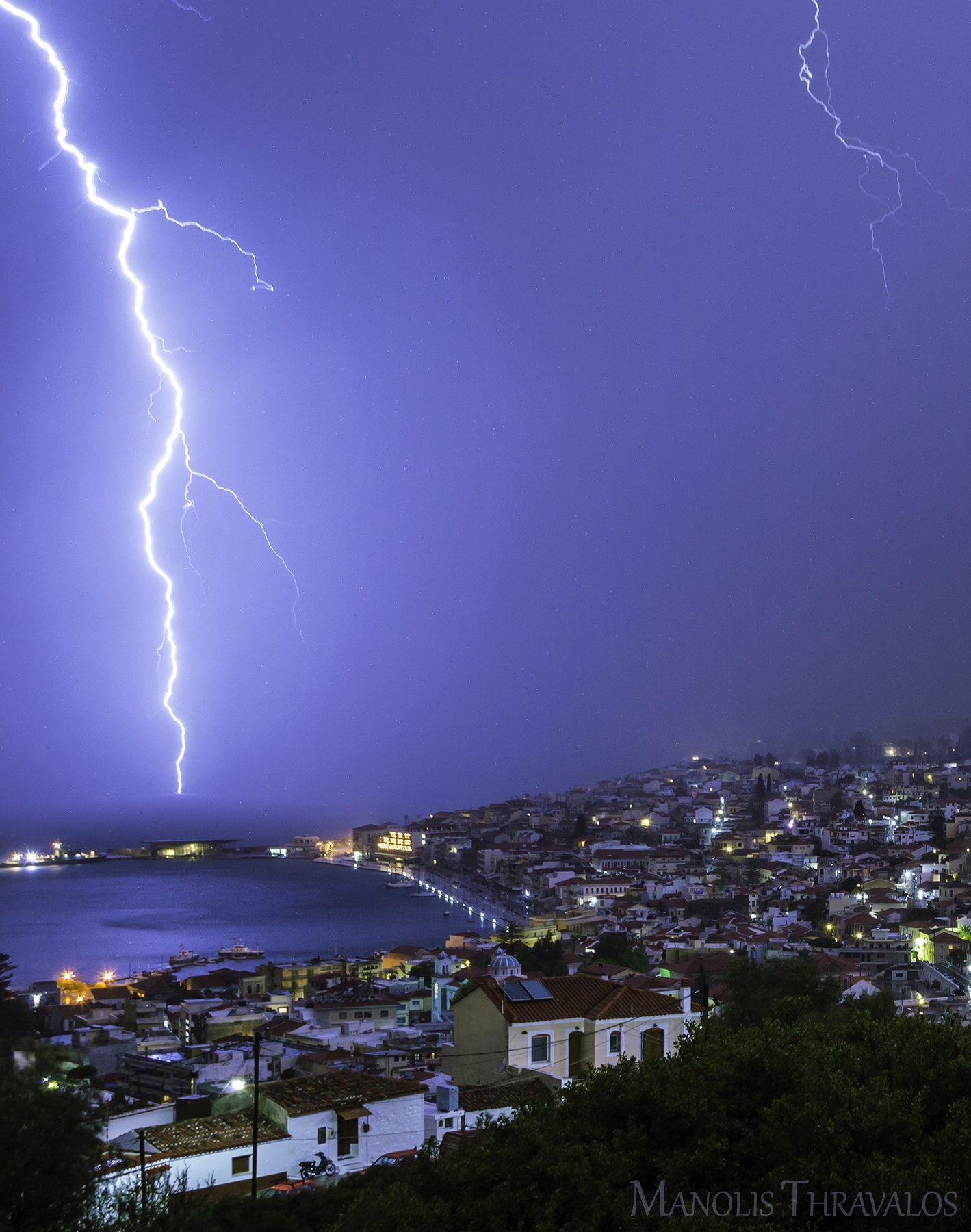 Καταιγίδα - Κεραυνός σε απόσταση αναπνοής με το λιμάνι