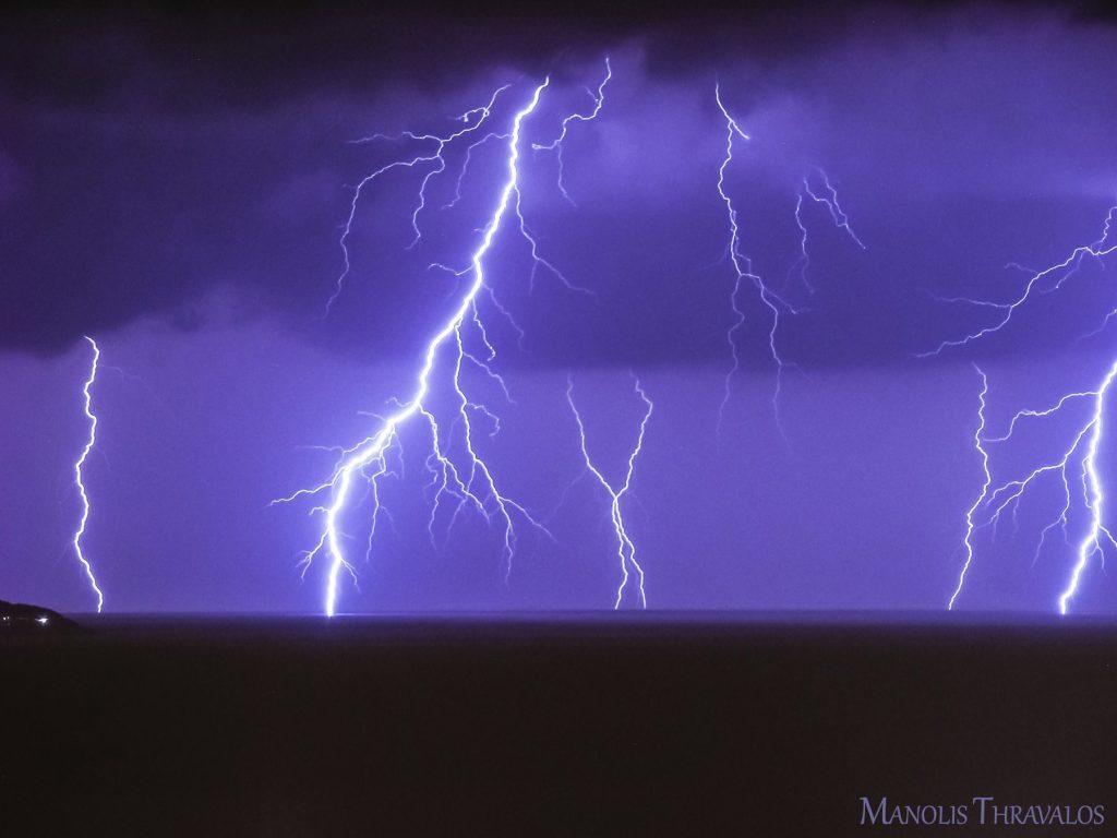 Καταιγίδα - Μία λήψη 30 δευτερολέπτων με 6 κεραυνούς