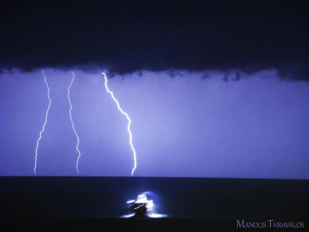 Καταιγίδα - Το Νήσος Μύκονος με την καταιγίδα να ζωγραφίζει στον ορίζοντα