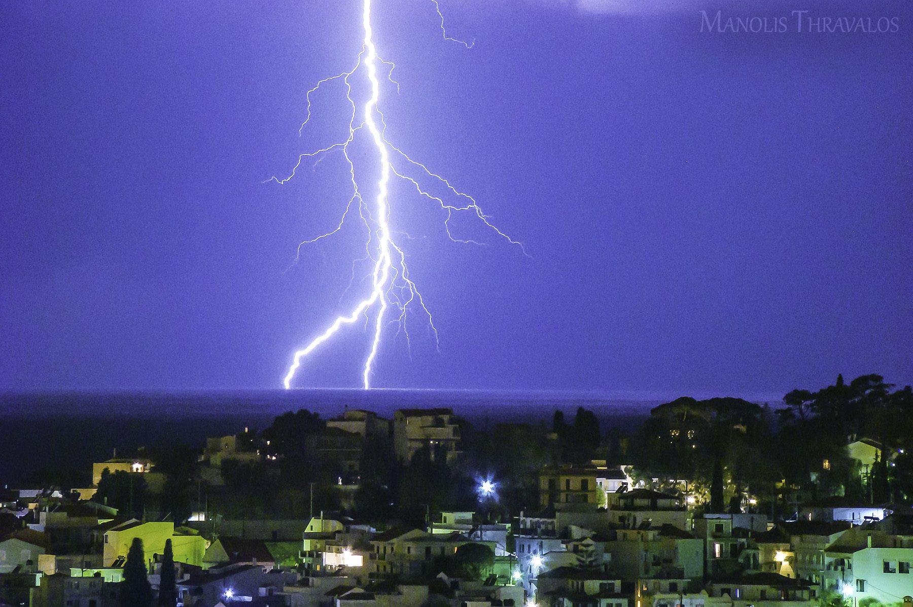 Καταιγίδα - Κοντινό κεραυνού πάνω από τα σπίτια της πόλης