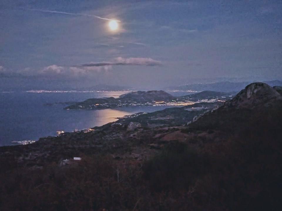 Πανσέληνος πάνω από το όρος Καρβούνη