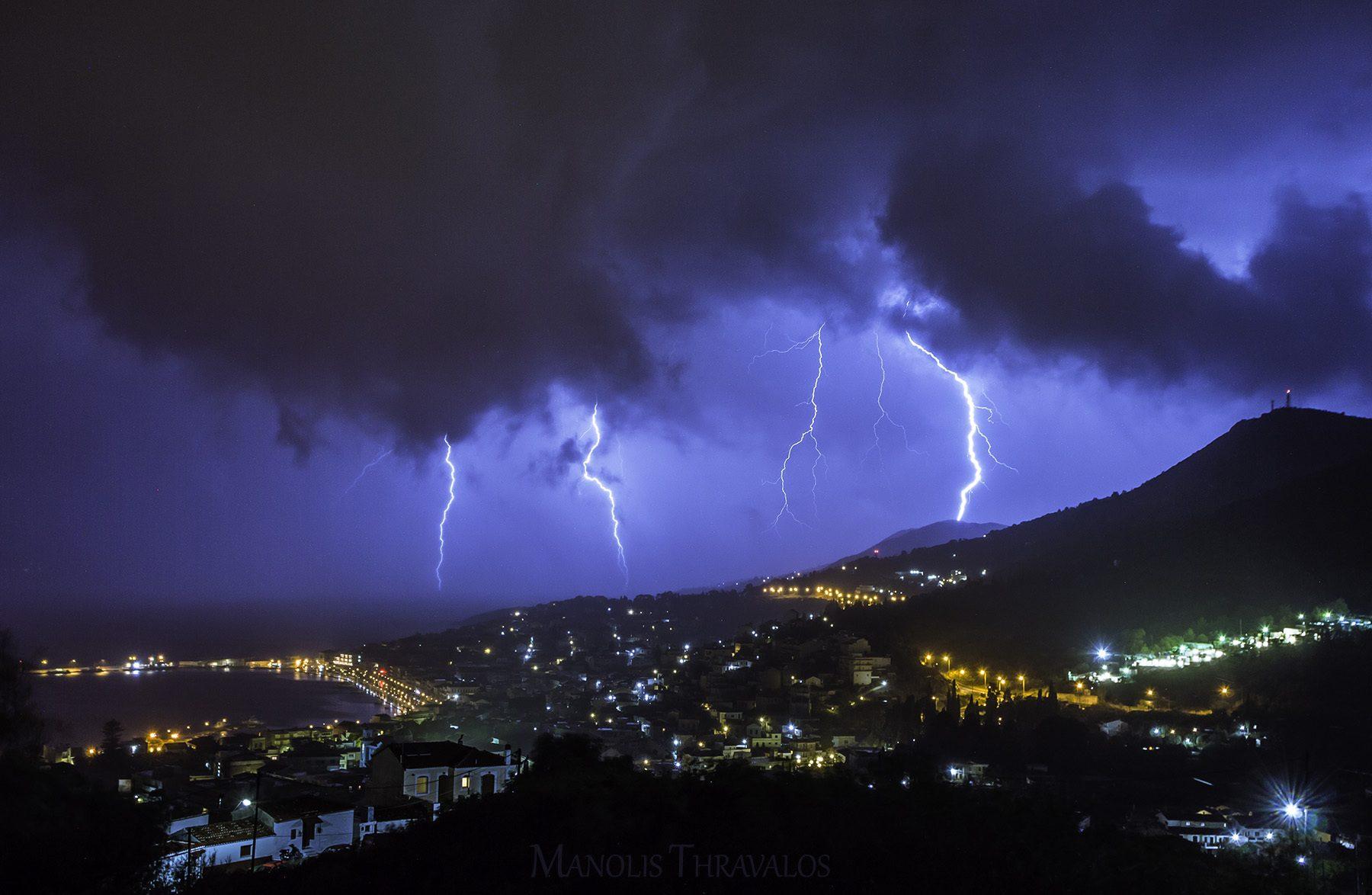 Άγρια η συγκεκριμένη καταιγίδα σε απόσταση αναπνοής από την πόλη